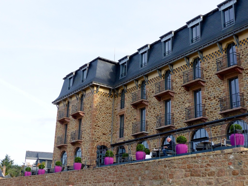 Castel Beau Site is an exclusive Hotel, Restaurant and Bar dominating the tiny beach of Ploumanac'h