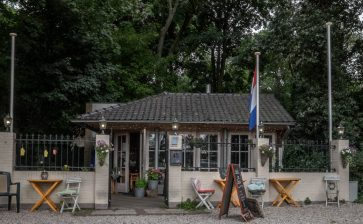 An Adventure in the Woods, Chalet ten Bosch