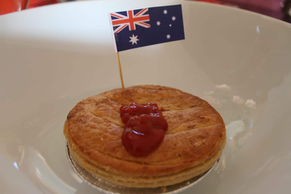 Australian meat pie served with tomato sauce on top. (Photo credit: Soraya Lemmens )