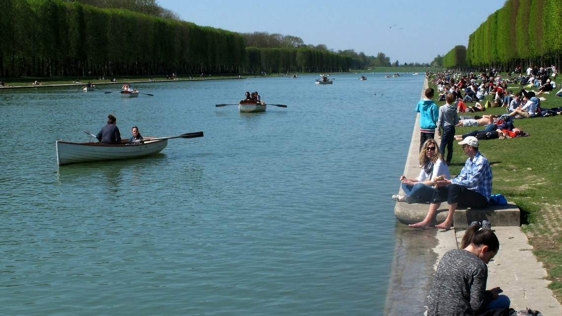 Boats on the Grand Canal. (Photo Credit: Canotage sur le Grand Canal de Versailles by Flickr User jmdigne, original image has been adapted)